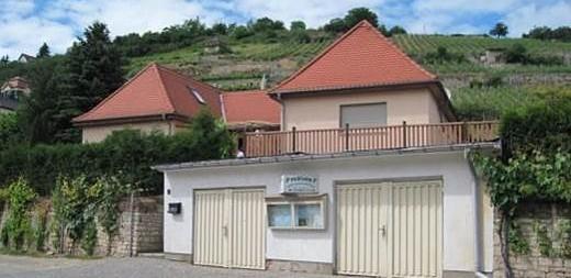 """Die Pension liegt idyllisch mitten in den Freyburger Schweigenbergen, die vom Deutschen Weininstitut als """"Höhepunkt der Weinkultur"""" ausgezeichnet wurden."""
